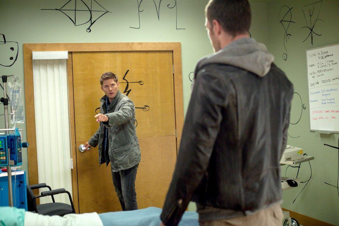 Trifft Dean (Jensen Ackles, l.) wirklich die richtige Entscheidung, als er Ezekiel (Tahmoh Penikett, r.) zu Sam lässt? - Bildquelle: 2013 Warner Brothers