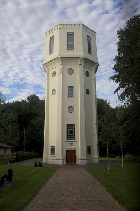 Ein Wasserturm im Art Deco-Stil hat es einem Pärchen aus Cheshire angetan. Der Umbau in ein sechsstöckiges Wohnhaus hat es jedoch in sich: schwerer... - Bildquelle: junge Paar Steven (l.) und Marina (r.) hat sich in ein altes Pumpwerk im britischen Cold Ash verliebt. In mühevoller Arbeit wollen sie das Ziegelstein