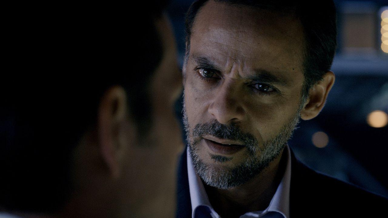 Connor erhält von Philip (Alexander Siddig, r.) das Angebot, in dessen eigenem Labor das Geheimnis der Anomalien zu erforschen. Doch wird Connor da... - Bildquelle: ITV Plc