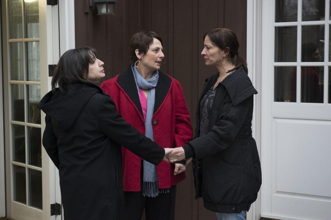 Als die Witwe (r.) eines Feuerwehrmanns unwissentlich das ehemalige Zuhause von Teufelsanbetern kauft, muss sie gegen einen Dämon kämpfen ... - Bildquelle: Christos Kalohoridis 2013 Syfy Media, LLC