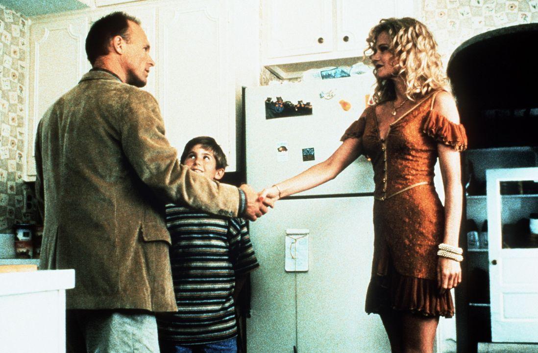 Frank (Michael Patrick Carter, M.) ist davon überzeugt, die richtige Frau für seinen verwitweten Vater (Ed Harris, l.) gefunden zu haben: Er stell... - Bildquelle: Paramount Pictures