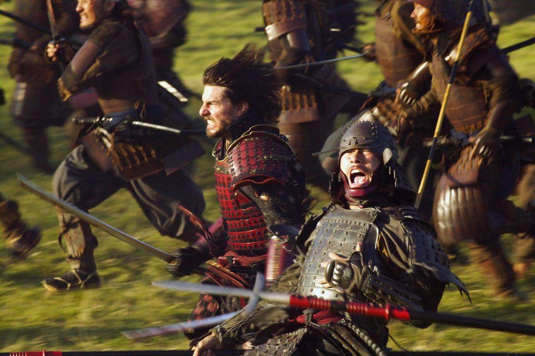 Bereits nach kurzer Zeit fordert sein Vorgesetzter den Einsatz, da Katsumoto einen weiteren Angriff plant. Algren (Tom Cruise, l.) ist nicht einvers... - Bildquelle: Warner Bros.