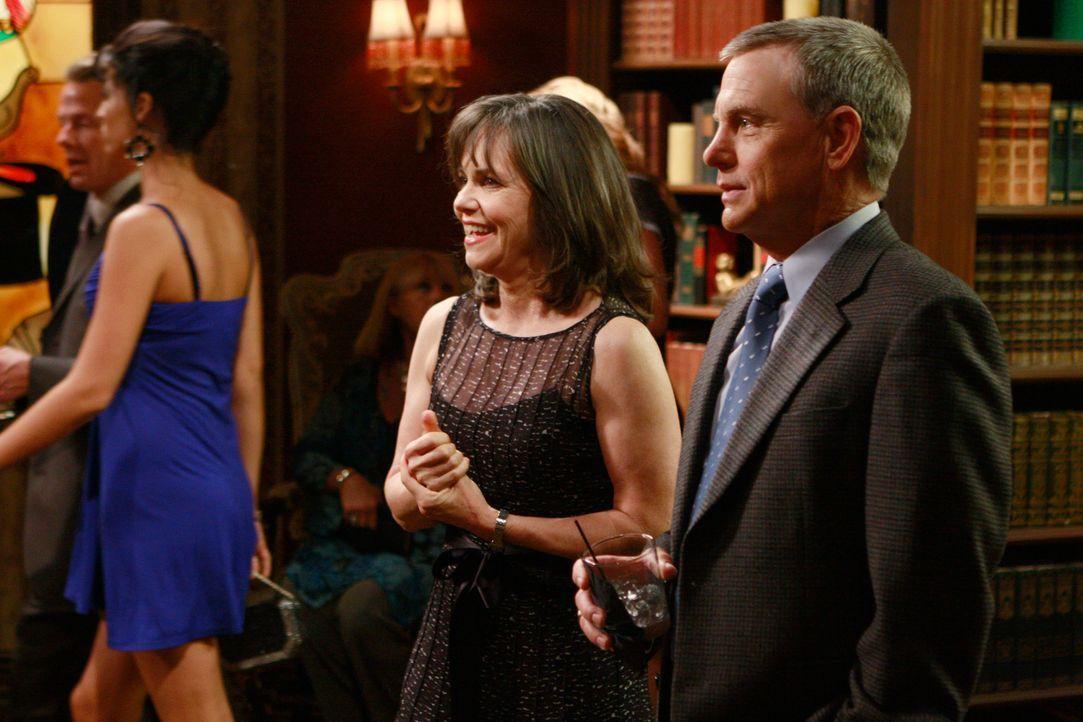 Undercoveraktion: Nora (Sally Field, l.) stellt George Lafferty (David Andrews, r.) als Elton vor, um ein offene Kennenlernrunde zu gewährleisten -... - Bildquelle: 2008 ABC INC.