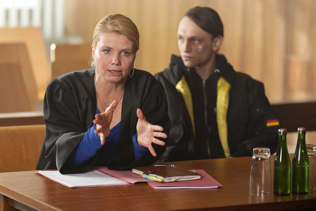 Danni (Annette Frier, l.) steht vor einer schwierigen Entscheidung - sie soll Patrick Hollerbach (Daniel Michel, r.), einen Neo-Nazi, der brutal zus... - Bildquelle: Frank Dicks SAT.1