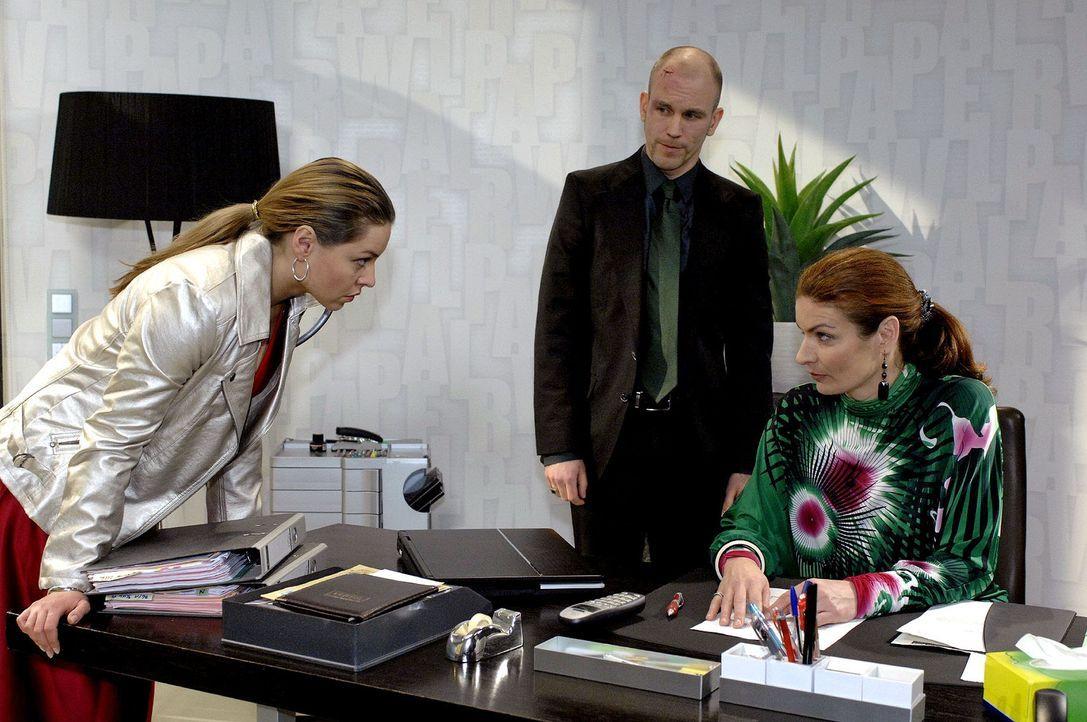 Zunächst nehmen Natascha (Franziska Matthus, r.) und Gerrit (Lars Löllmann, M.) Katjas (Karolina Lodyga, l.) Erpressungsversuch nicht ernst. - Bildquelle: Oliver Ziebe Sat.1
