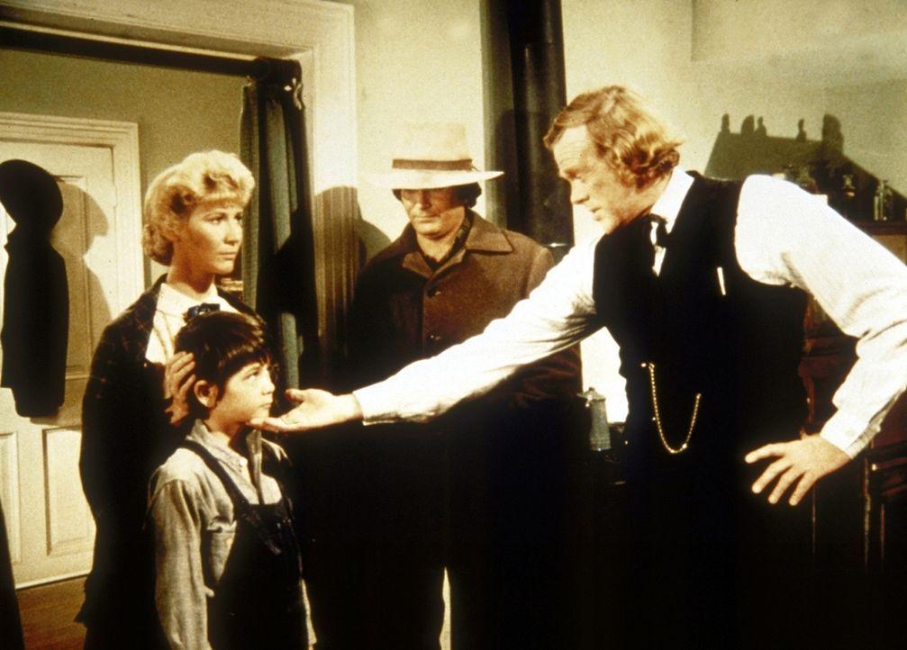 Charles (Michael Landon, 2.v.r.) und Miss Beadle (Charlotte Stewart, l.) bringen den verletzten Graham (Johnny Lee, 2.v.l.) zu Doc Baker (Kevin Hage... - Bildquelle: Worldvision