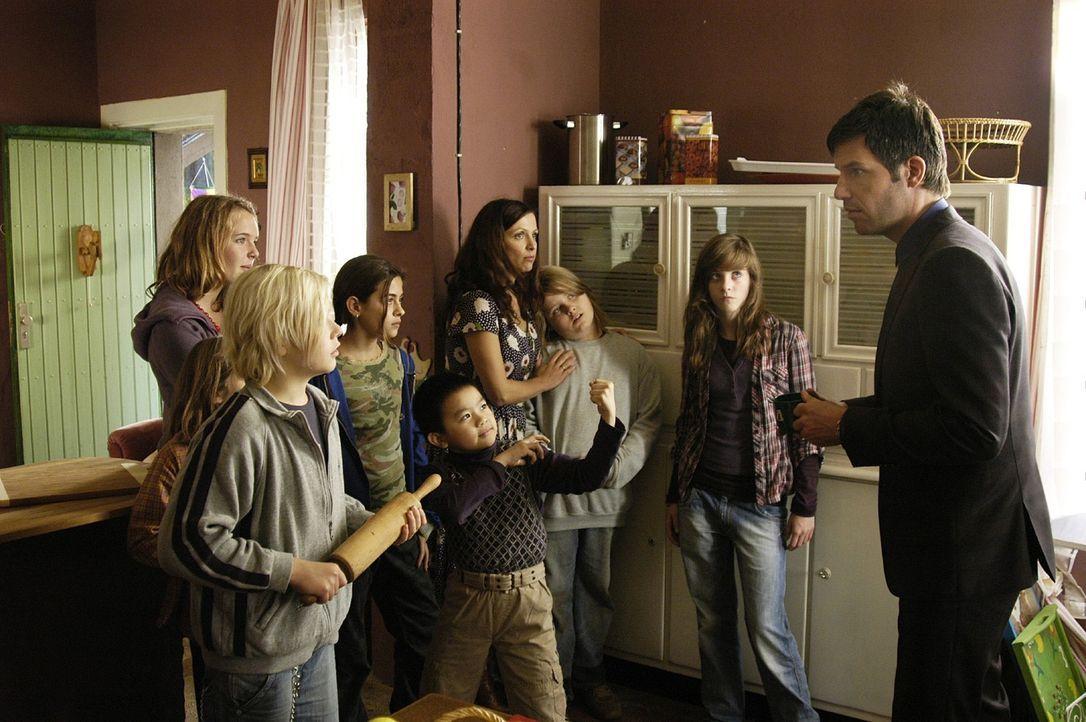 Leon (Tim Bergmann, r.) wird von Esthers Kindern argwöhnisch begutachtet. - Bildquelle: Oliver Feist Sat.1