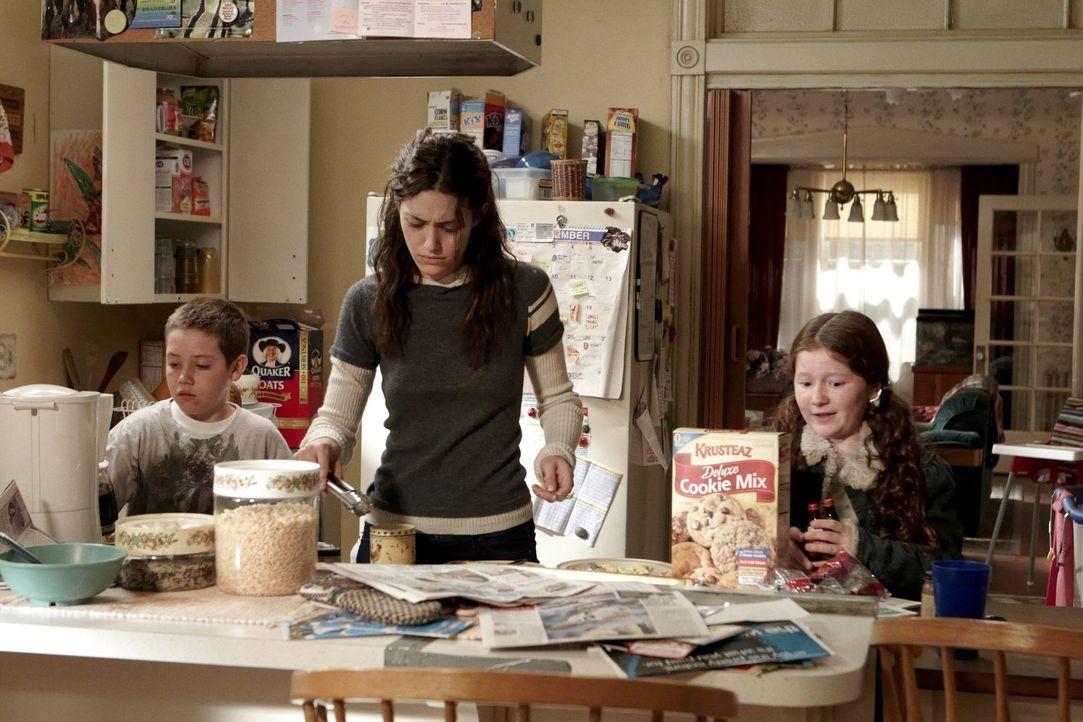 Nach der gemeinsamen Nacht mit Steve heißt es für Fiona (Emmy Rossum, M.) wieder: Haushalt. Carl (Ethan Cutkosky, l.) und Debbie (Emma Kenney, r.) h... - Bildquelle: 2010 Warner Brothers