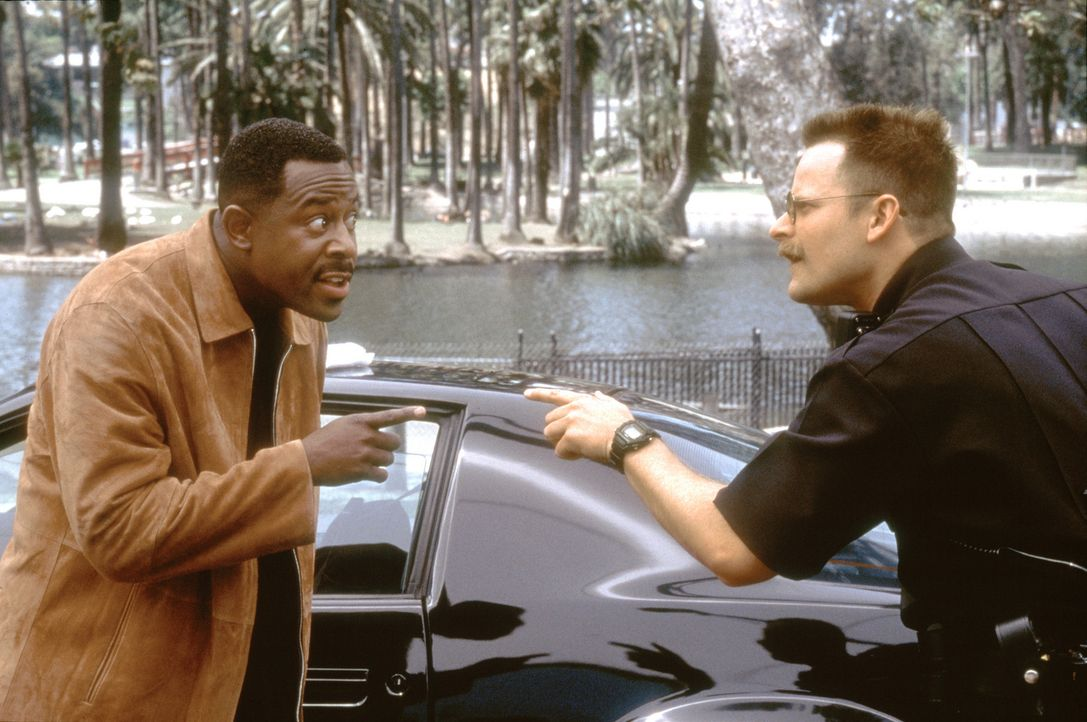 "Als Earl (Martin Lawrence, l.) von ""National Security"" bei einer Routinekontrolle mit dem korrekten und freundlichen Polizisten Hank Rafferty (Steve... - Bildquelle: 2004 Sony Pictures Television International. All Rights Reserved."
