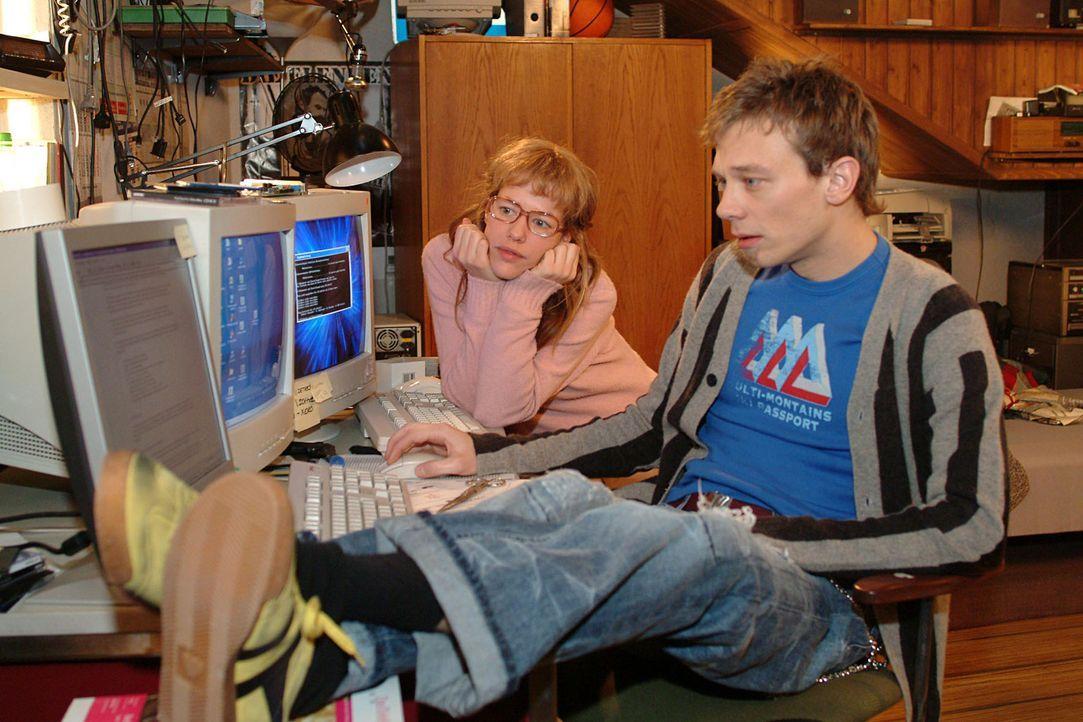 Lisa (Alexandra Neldel, hinten) und Jürgen (Oliver Bokern, vorne) machen sich an die Arbeit, Davids - Lisas Ansicht nach - genialen, aber völlig u... - Bildquelle: Sat.1
