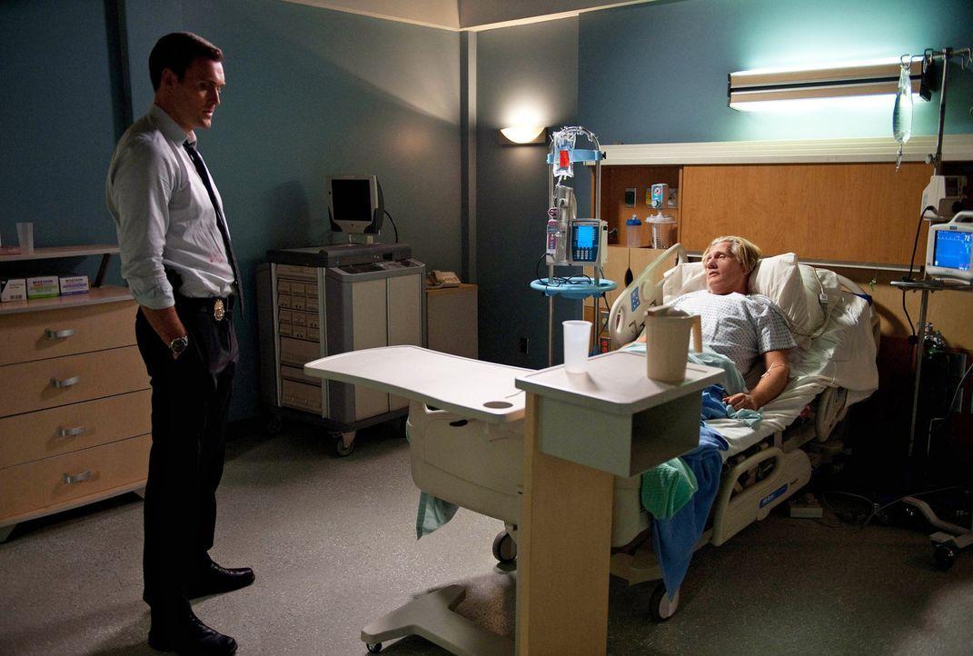 Während Steve Rigsby (William Forsythe, r.) um sein Leben ringt, versucht sein Sohn Wayne (Owain Yeoman, l.) gemeinsam mit seinen Kollegen den Täter... - Bildquelle: Warner Bros. Television