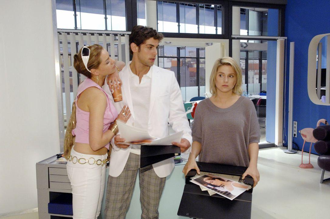 Anna (Jeanette Biedermann, r.) fällt es schwer, gegenüber Katja (Karolina Lodyga, l.) und Jonas (Roy Peter Link, M.) die Fassung zu wahren.
