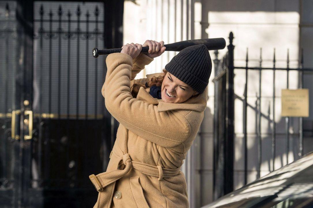 Um einen Fall zu lösen, schreckt Laura Diamond (Debra Messing) vor nichts zurück ... - Bildquelle: Warner Bros. Entertainment, Inc.