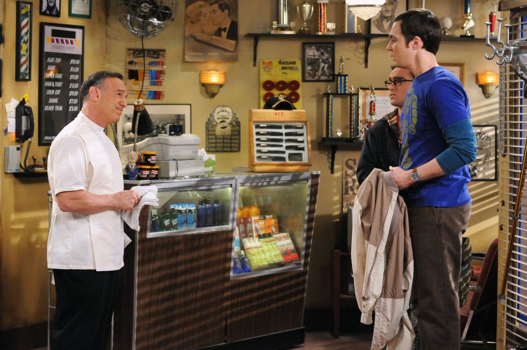 Während Leonard (Johnny Galecki, M.) von Penny im Schach geschlagen wird, bricht für Sheldon (Jim Parsons, r.) die Welt zusammen, als er von Angelo... - Bildquelle: Warner Bros. Television