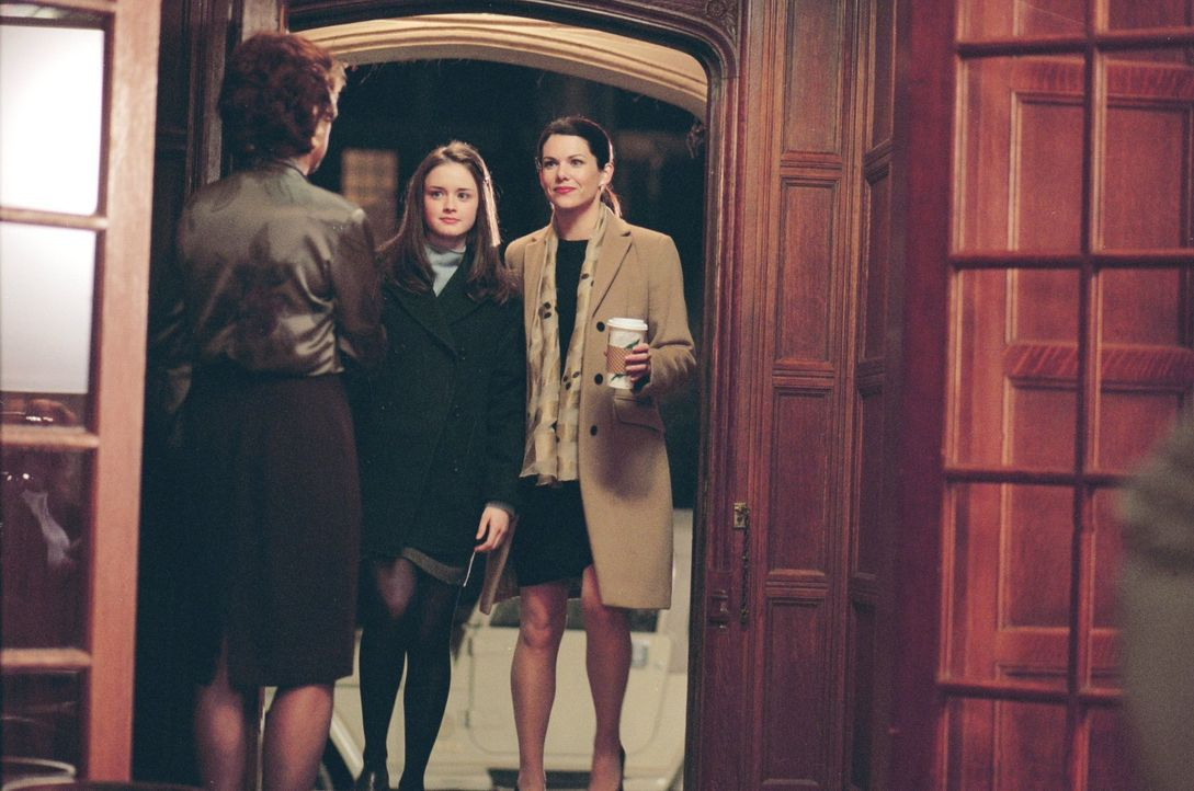 Die 16-jährige Rory (Alexis Bledel, M.) wird von der exklusiven Privatschule Chilton angenommen, doch da sich ihre Mutter Lorelai (Lauren Graham, r.... - Bildquelle: 2000 Warner Bros.