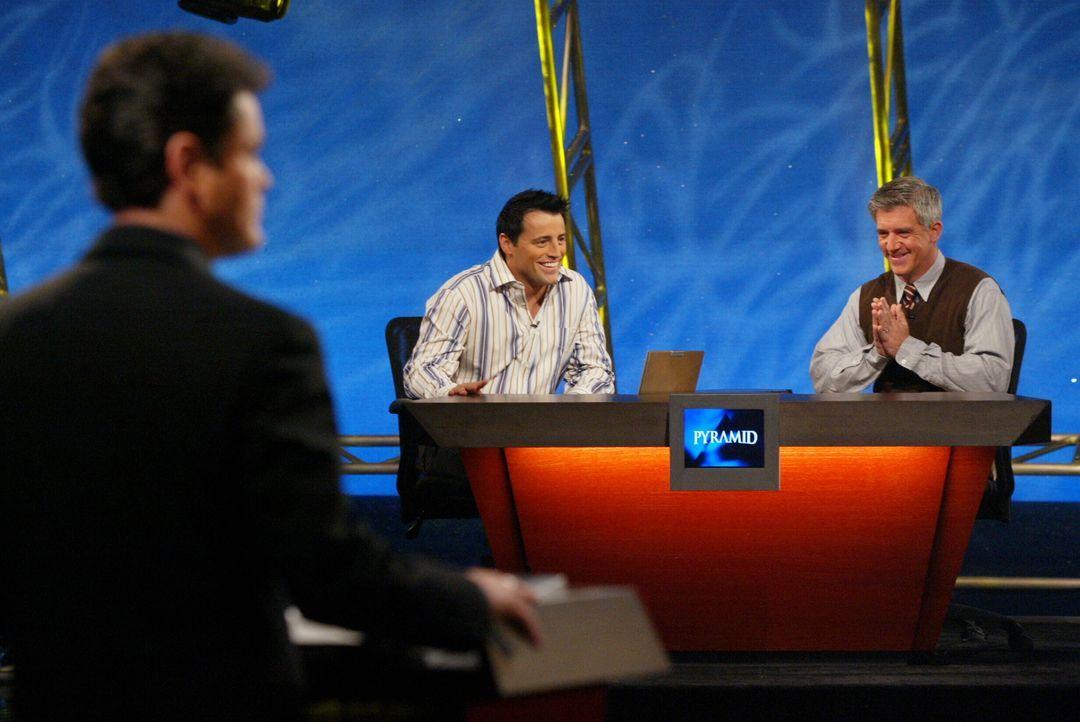 Joey (Matt LeBlanc, M.) ist zu einem Quiz bei Donny Osmond  (Donny Osmond, l.) eingeladen worden und muss seinem Spielpartner Gene (Gregory Jbara, r... - Bildquelle: 2003 Warner Brothers International Television