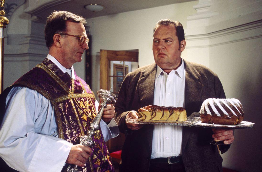 Benno (Ottfried Fischer, r.) will den Kuchen für das Gemeindefest liefern, doch er hat sich in der Adresse geirrt! Prälat Hinter (Michael Lerchenber... - Bildquelle: Magdalena Mate Sat.1