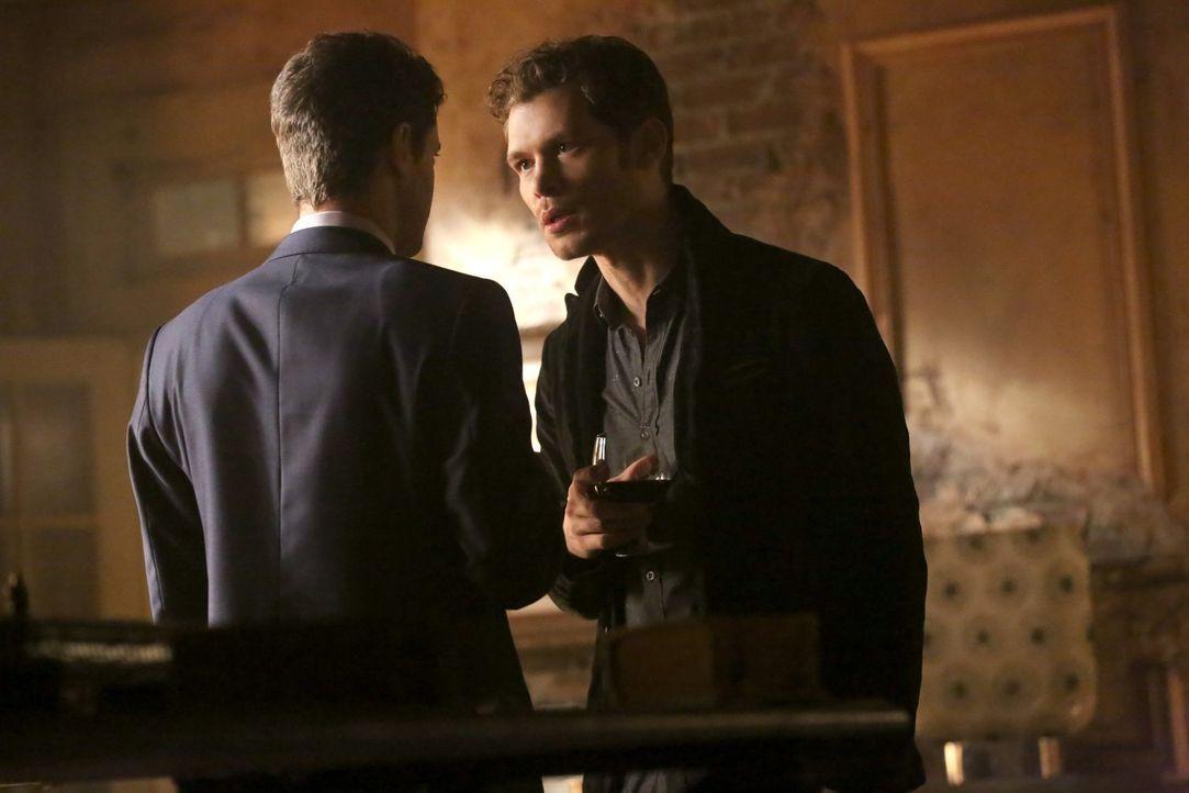 Klaus (Joseph Morgan, r.) und Elijah wollen mit einem Festessen zu einem angeblichen Waffenstillstand ausrufen und ganz nebenbei eine unliebsame All... - Bildquelle: Warner Bros. Entertainment Inc.