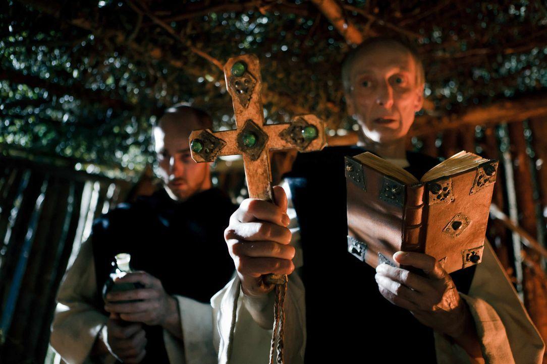 Der Inquisitor (Ulrich Günther, r.) kann nicht verhindern, dass die Inkarnation des Satans, Judith von Ingolstadt, im Angesicht des Todes einer Bibe... - Bildquelle: Arvid Uhlig SAT.1