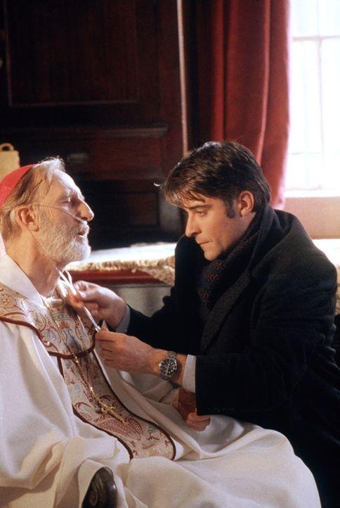 Dr. Kovac (Goran Visnjic, r.) bittet den schwer kranken Bischof (James Cromwell, l.), sich ins Krankenhaus einweisen zu lassen. - Bildquelle: TM+  2000 WARNER BROS.