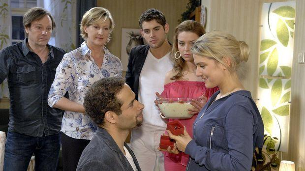 Anna ist glücklich, als Jannick sie mit einem Verlobungsring überrascht. v.l....