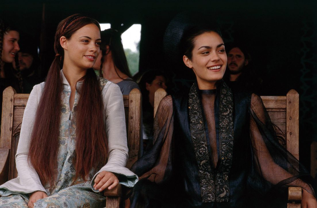 Gebannt nehmen Lady Jocelyn (Shannyn Sossamon, r.) und ihre Zofe Christiana (Bérénice Bejo, l.) an dem Verlauf des Turniers teil ... - Bildquelle: 2003 Sony Pictures Television International. All Rights Reserved