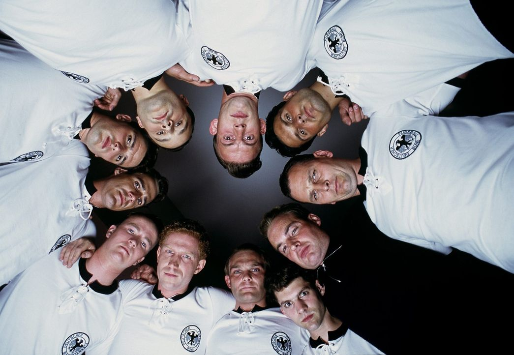 Die deutsche Fußballnationalmannschaft reist als Außenseiter zur Weltmeisterschaft in die Schweiz - und sorgt dort für eine faustdicke Überraschung... - Bildquelle: Senator Film