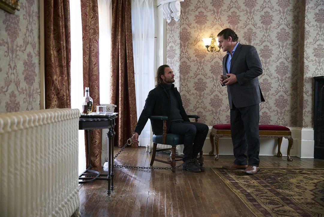 Was wird Roman (Daniel Kash, r.) mit Jeremy (Greg Bryk, l.) tun, nachdem Jeremys eigentlicher Plan gescheitert ist? - Bildquelle: 2016 She-Wolf Season 3 Productions Inc.
