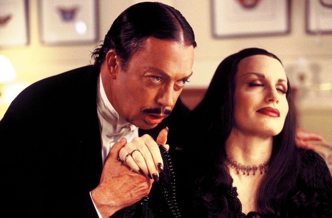 Das Leben von Gomez (Tim Curry, l.) und Mortica Addams (Daryl Hannah, r.) könnte so schön sein, wären da nicht die lieben Verwandten ... - Bildquelle: 2002 ABC, INC.