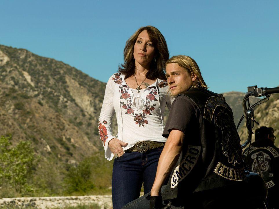 """(1. Staffel) - Gemma Teller Morrow (Katey Sagal, l.) ist immer für ihren Sohn Jackson """"Jax"""" Teller (Charlie Hunnam, r.) da und unterstützt ihn, wo s... - Bildquelle: 2008 FX Networks, LLC. All rights reserved."""