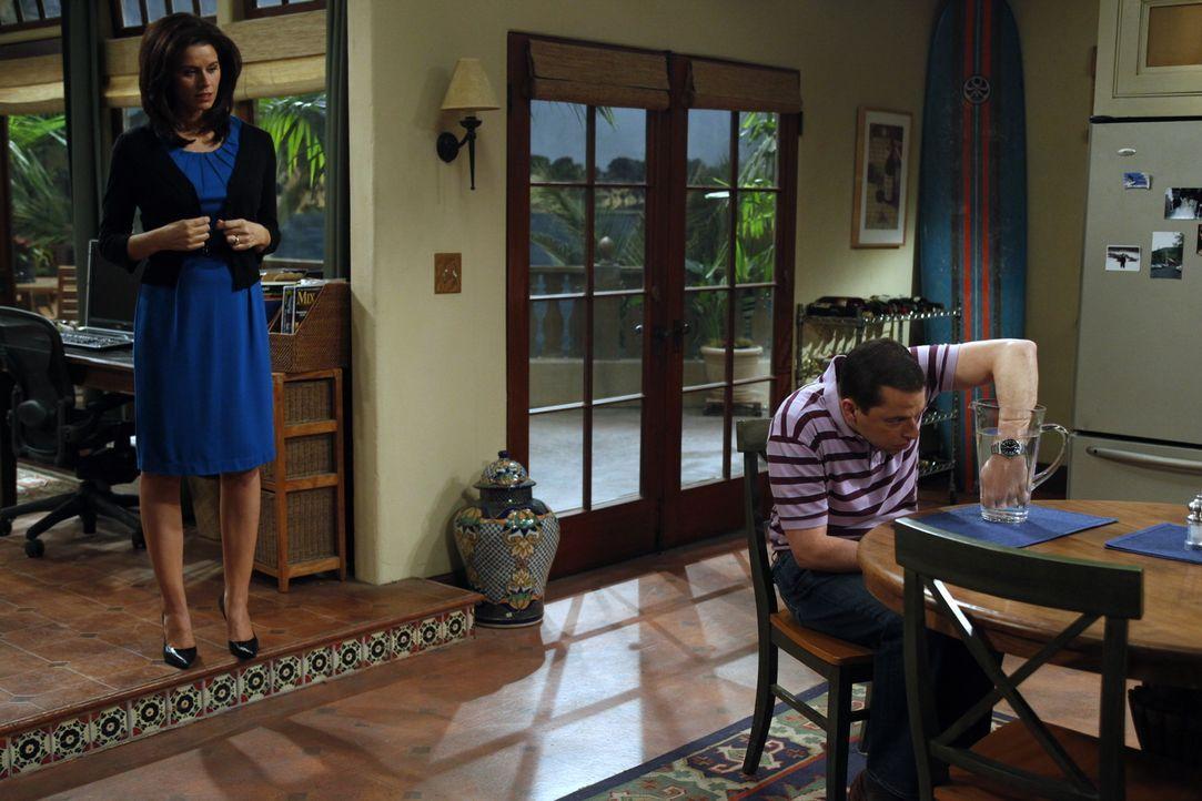 Während Chelsea (Jennifer Bini Taylor, l.) auf Charlie sauer ist, lässt sich Alan (Jon Cryer, r.) von seiner Mutter zu ihren Gunsten bestechen ... - Bildquelle: Warner Bros. Television