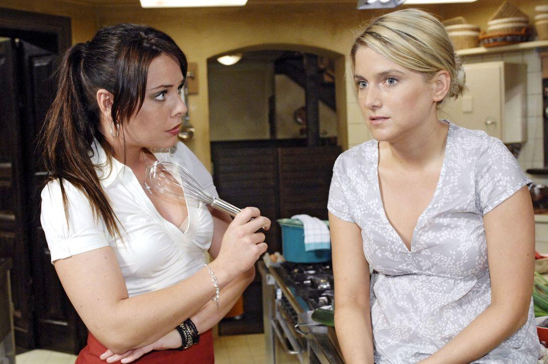 Anna (Jeanette Biedermann, r.) zweifelt wieder einmal an ihren Fähigkeiten. Paloma (Maja Maneiro, l.) spricht ihrer Freundin Mut zu ... - Bildquelle: Oliver Ziebe Sat.1