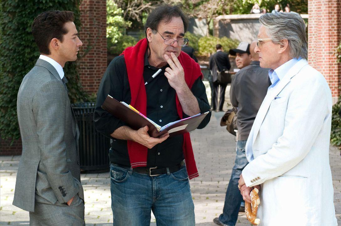 Besprechung: Regisseur Oliver Stone (M.) mit den Hauptdarstellern Michael Douglas (r.) und Shia LaBeouf (l.) - Bildquelle: TM and   2010 Twentieth Century Fox Film Corporation.  All rights reserved.  Not for sale or duplication.