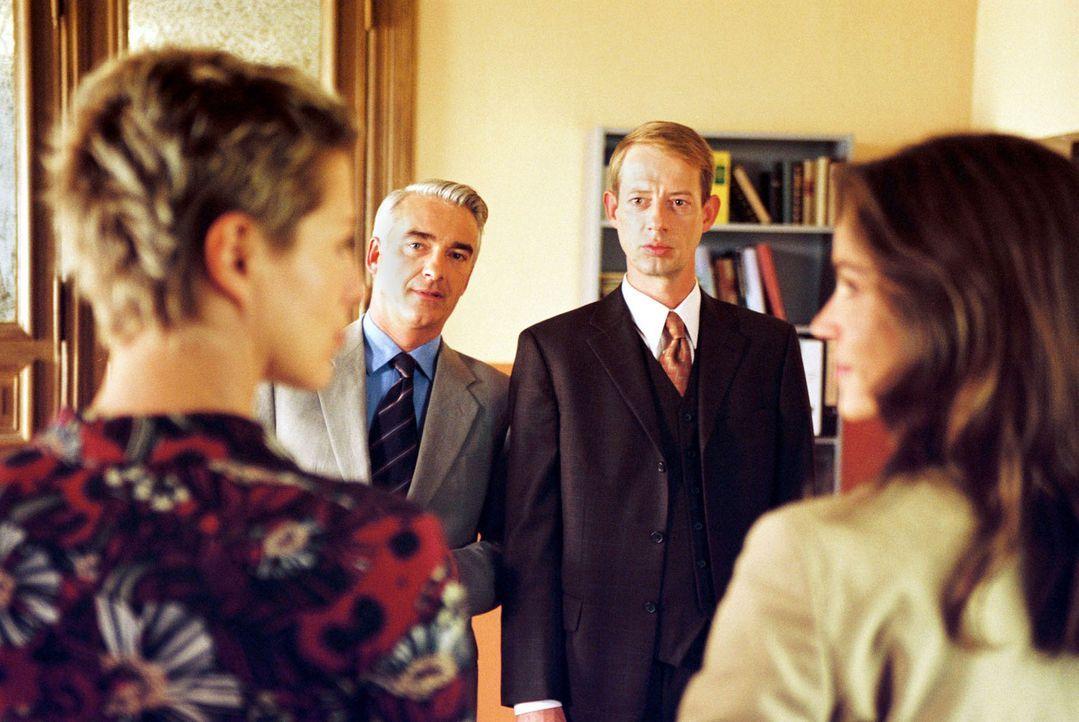 Rechtsanwalt Vanderheiden (Luc Feit, 2.v.r.) beleidigt vor Gericht die Staatsanwältin Rieger (Barbara Demmer, l.). Sandra (Rebecca Immanuel, r.) und... - Bildquelle: Hardy Spitz Sat.1