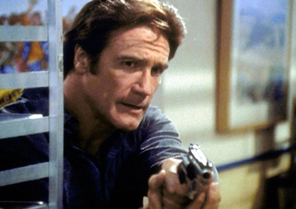 Steve (Barry Van Dyke) ist dem Mörder auf der Spur - der schießt ohne Rücksicht auf Verluste um sich ... - Bildquelle: Viacom