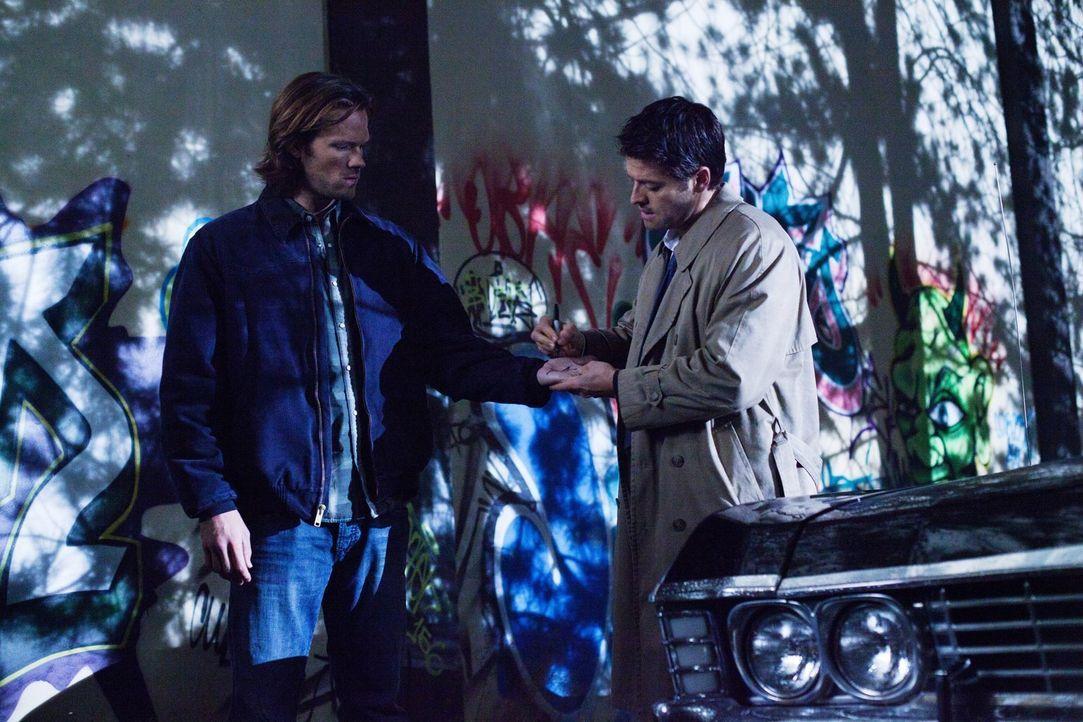 Cas (Misha Collins, r.) ist sich sicher, dass sie auf Sam (Jared Padalecki, l.) nicht verzichten können, ganz zum Missfallen von Dean ... - Bildquelle: Warner Bros. Television