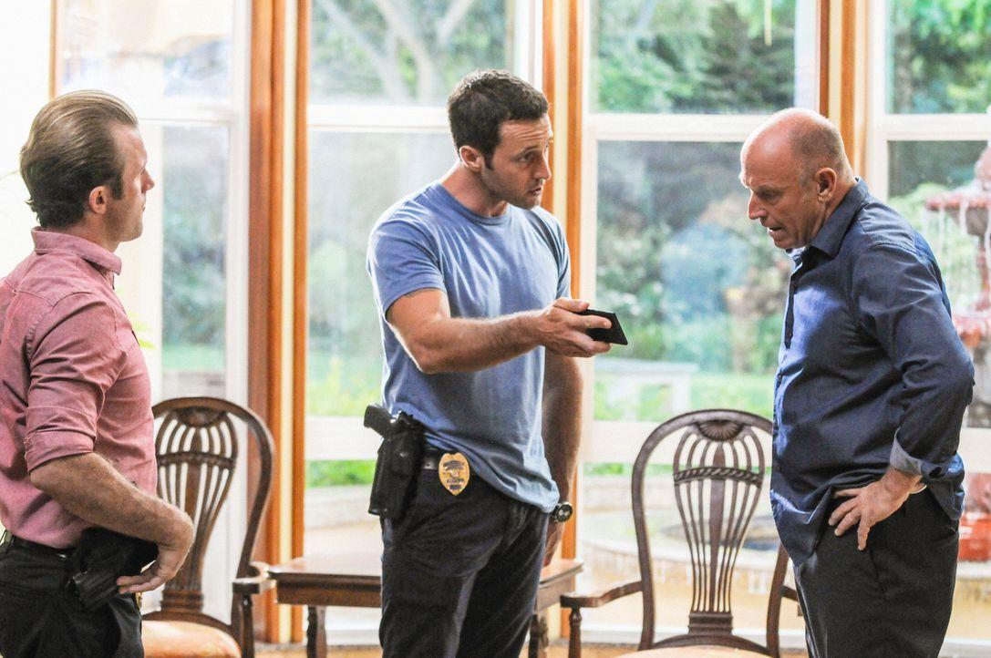 Bei den Untersuchungen in einem neuen Mordfall stoßen Steve (Alex O'Loughlin, M.) und Danny (Scott Caan, l.) auf Henry Upton (Corbin Bernsen, r.). D... - Bildquelle: 2013 CBS BROADCASTING INC. All Rights Reserved.