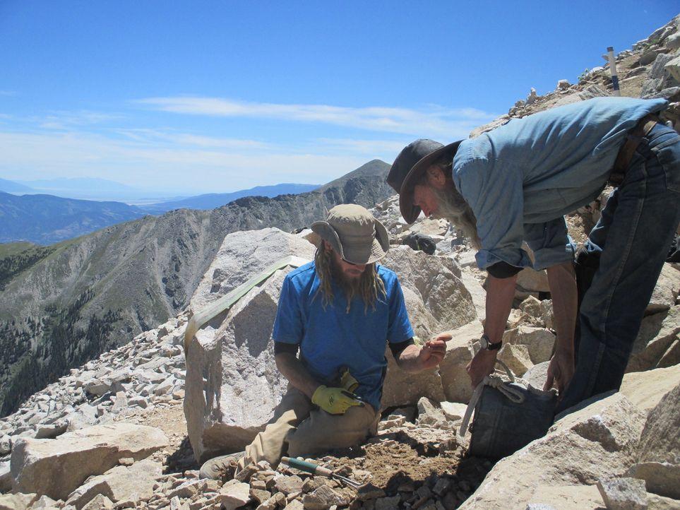 Kenny (l.) und Dwayne (r.) machen sich auf die Suche nach wertvollen Edelsteinen und müssen dabei einen gefährlichen Felsvorsprung immer im Blick be... - Bildquelle: High Noon Entertainment, 2015