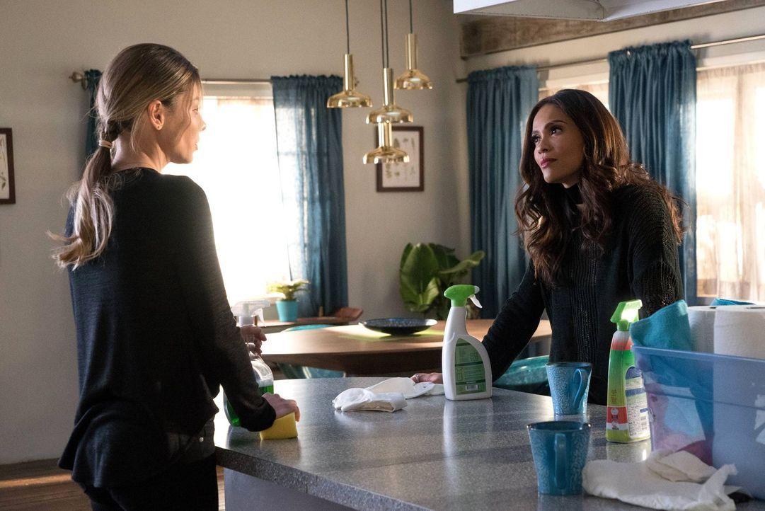 Maze (Lesley-Ann Brandt, r.) gibt Chloe (Lauren German, l.) einen Ratschlag, wie sie mit der neuen, mysteriösen Frau an Lucifers Seite umgehen soll.... - Bildquelle: 2016 Warner Brothers