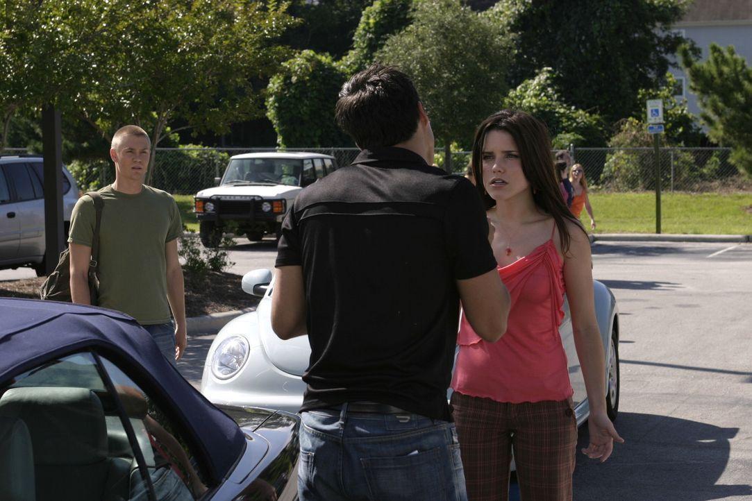 An der Schule taucht ein neuer Junge auf. Felix (Micheal Copon, vorne) sorgt jedoch nicht nur bei Brooke (Sophia Bush, r.) und Lucas (Chad Michael M... - Bildquelle: Warner Bros. Pictures