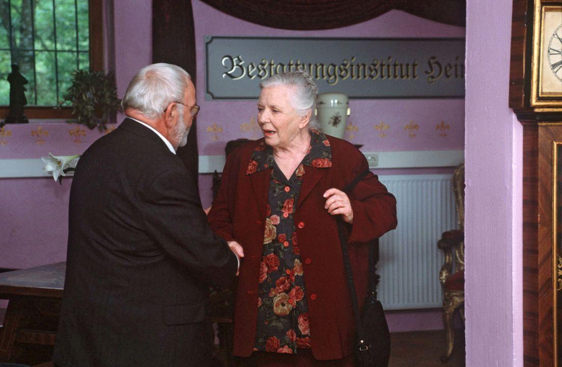 Resi Berghammer (Ruth Drexel, r.) plant ihre eigene Beerdigung. Bei Bestatter Gustav Unertl (Michael Habeck, l.) schaut sie sich schon mal einige Sä... - Bildquelle: Magdalena Mate Sat.1