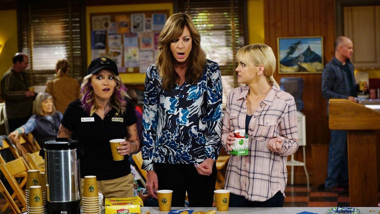 Christy (Annda Faris, r.) und Bonnie (Allison Janney, M.) besuchen ihren Schützling Jodi (Emily Osment, l.) auf ihrer neuen Arbeit ... - Bildquelle: 2015 Warner Bros. Entertainment, Inc.