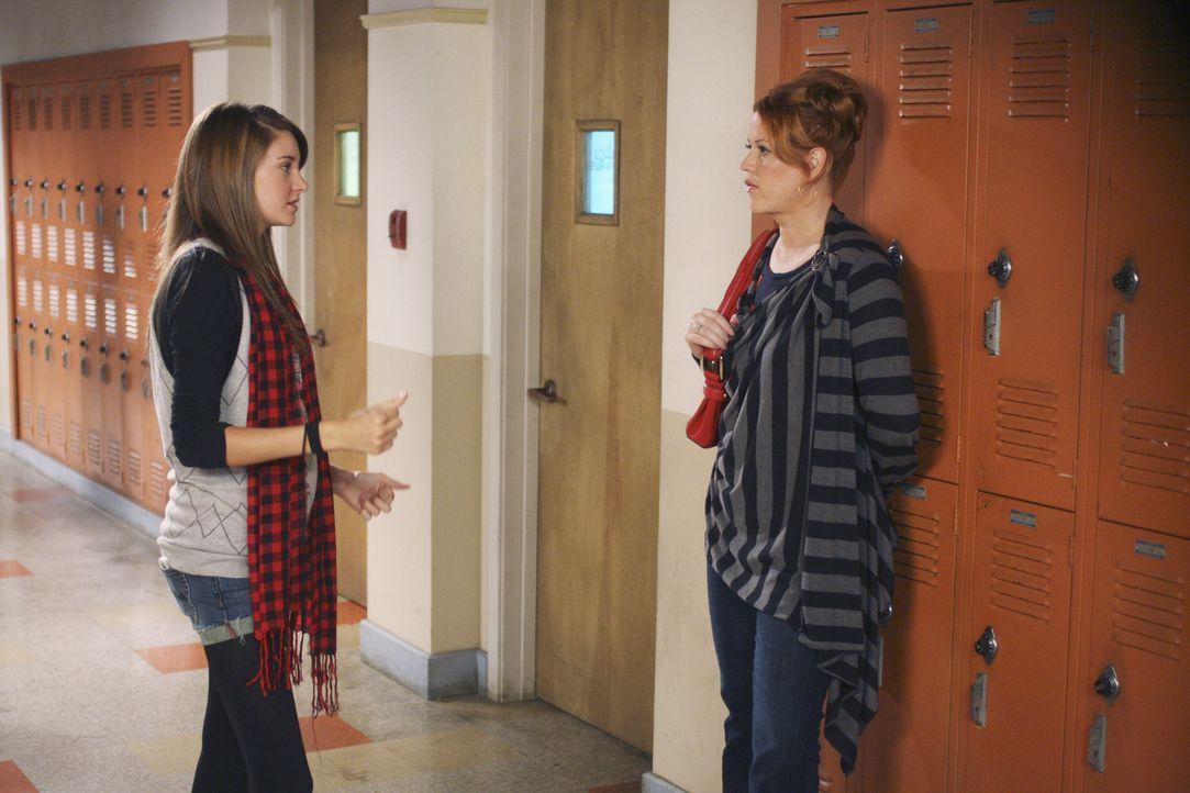 Anne (Molly Ringwald, r.) macht Amy (Shailene Woodley, l.) klar, dass sie für ihr Baby selbst verantwortlich ist und sie nicht allzu viel Hilfe erwa... - Bildquelle: 2008 DISNEY ENTERPRISES, INC. All rights reserved. NO ARCHIVING. NO RESALE.