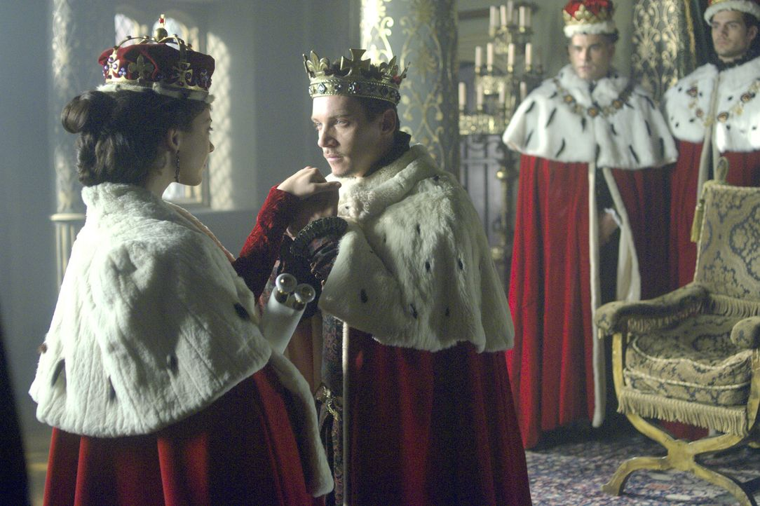 Durch die Ernennung zur Marquess of Pemproke durch König Henry VIII. (Jonathan Rhys Meyers, vorne r.) wird Anne Boleyn (Natalie Dormer, vorne l.) in... - Bildquelle: 2008 TM Productions Limited and PA Tudors II Inc. All Rights Reserved.