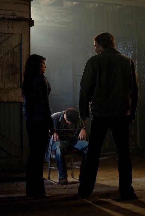Sam (Jared Padalecki, r.) und Dean werden von einem alten Freund kontaktiert, welcher die Brüder um Hilfe bittet, um einen Rugaru (Marcus Hondro, M.... - Bildquelle: Warner Brothers Entertainment Inc.
