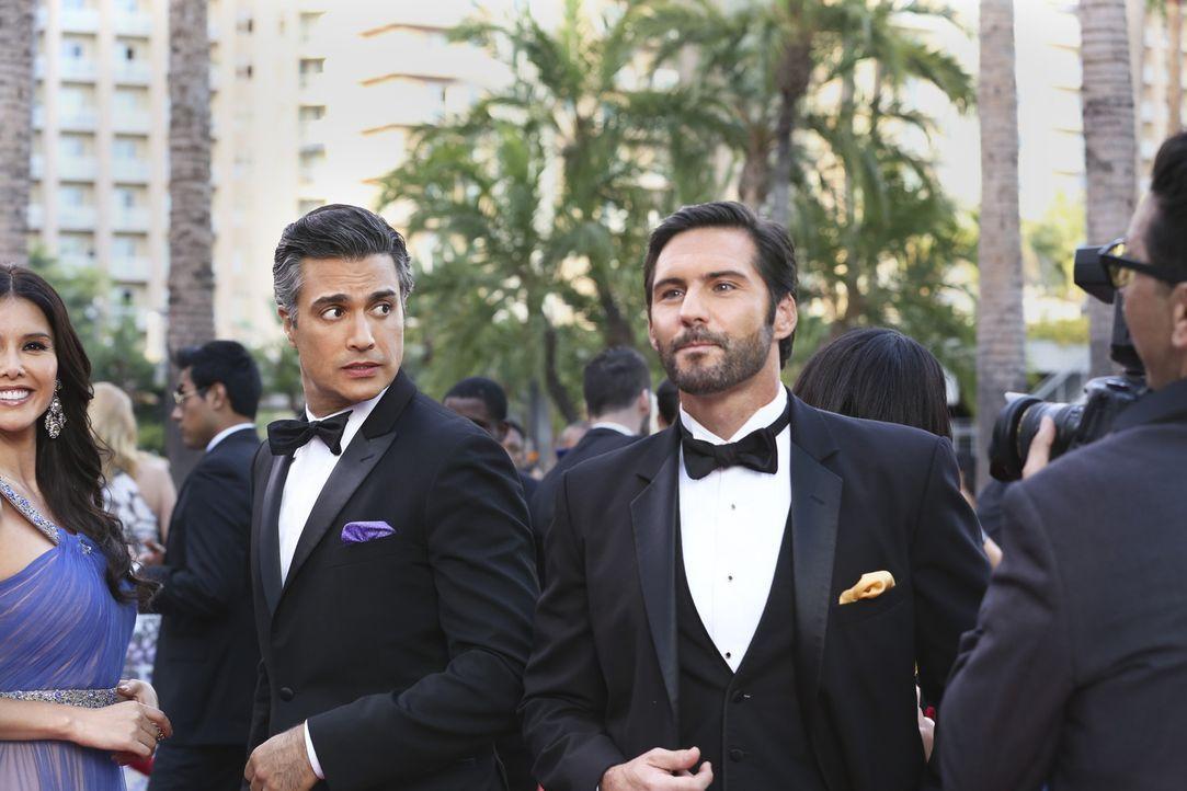 Rogelio (Jaime Camil, r.) wird für eine Auszeichnung als bester Schauspieler nominiert - sein größter Rivale Esteban Santiago (Keller Wortham, r.) a... - Bildquelle: 2014 The CW Network, LLC. All rights reserved.