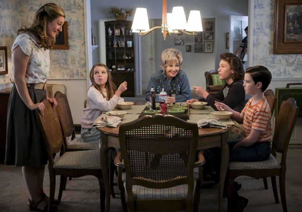 (v.l.n.r.) Mary (Zoe Perry); Missy (Raegan Revord); Meemaw (Annie Potts); Georgie (Montana Jordan); Sheldon (Iain Armitage) - Bildquelle: Darren Michaels 2018 WBEI. All rights reserved./Darren Michaels