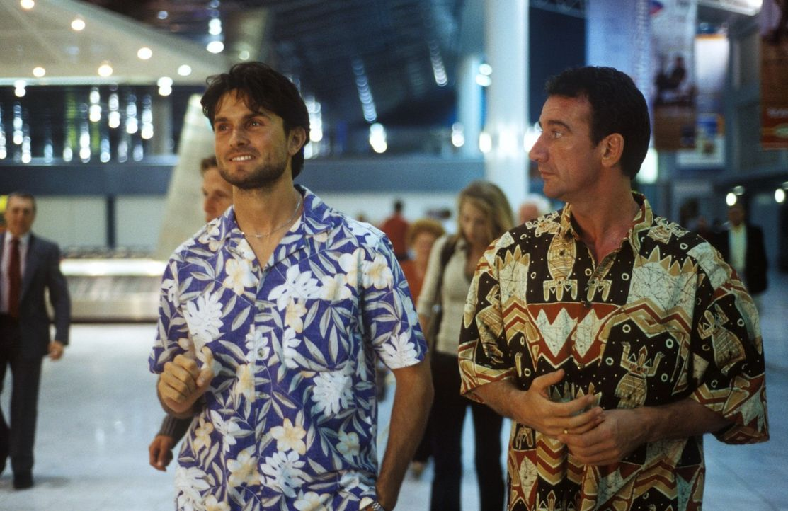 Leo (Simon Verhoeven, l.) und Harry (Heio von Stetten, r.) gehen auf Safari nach Afrika. - Bildquelle: Christine Nachmann Sat.1