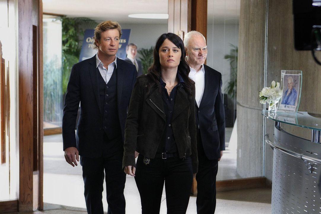 Bei einem neuen Fall, stoßen Patrick (Simon Baker, l.) und Teresa (Robin Tunney, M.) auf Bret Stiles (Malcolm McDowell, r.), einen alten Bekannten v... - Bildquelle: Warner Bros. Television