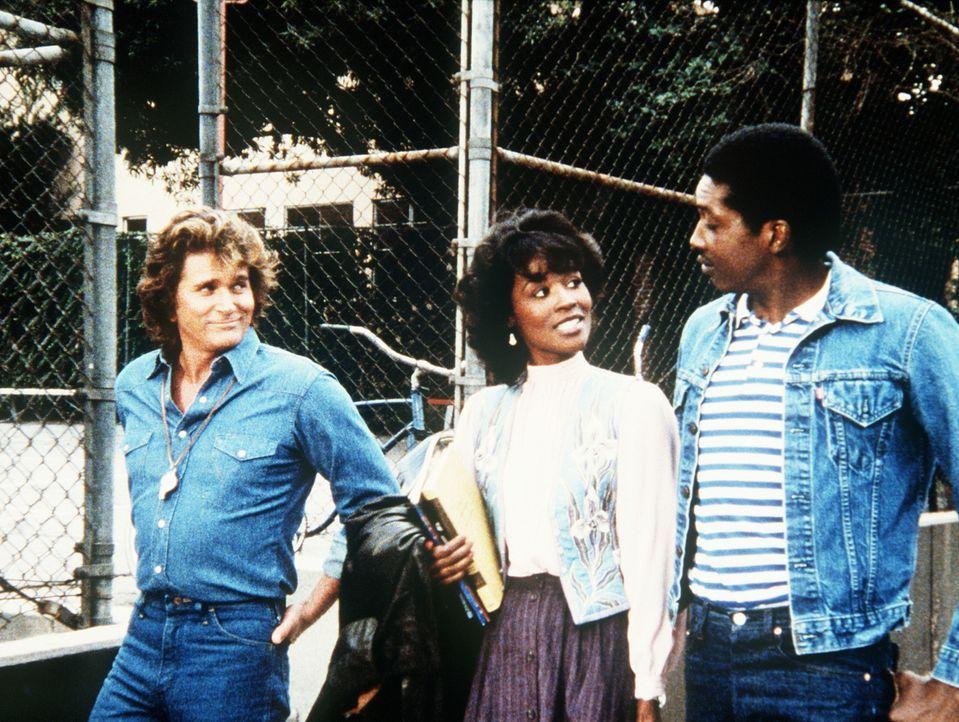 Die Lehrerin Julie (Deborah Lacey, M.) findet an ihrem neuen Schüler (Glenn Michael Jones, r.) sichtlich Gefallen. Jonathan (Michael Landon, l.) beo... - Bildquelle: Worldvision Enterprises, Inc.